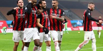 Hasil Babak I AC Milan vs Sassuolo - Gol Tendangan Melengkung Calhanoglu Bikin Ibrahimovic Bangun dan Tepuk Tangan