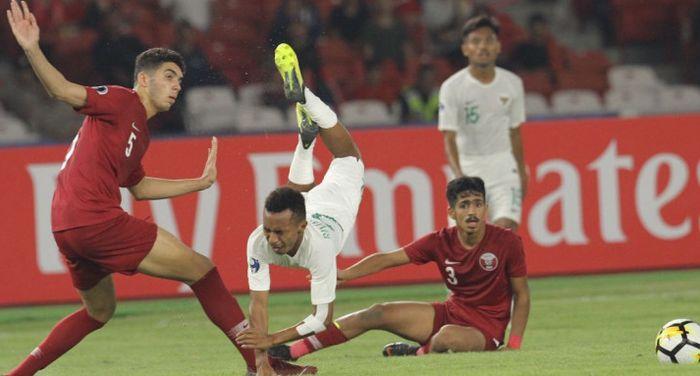 Pemain timnas U-19 Indonesia, Todd Rivaldo Ferre, terbang setelah terkena tekel lawan pada laga fase grup Piala Asia u-19 2018 melawan timnas U-19 Qatar.