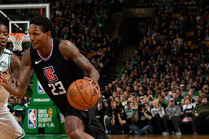 Pebasket Los Angeles Clippers, Lou Williams, mendribel bola seraya dijaga pemain Boston Celtics, Terry Rozier.