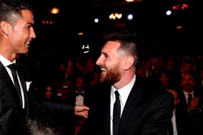 Megabintang asal Portugal, Cristiano Ronaldo (kiri), bersalaman dengan megabintang asal Argentina, Lionel Messi.