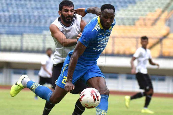 Striker Persib Bandung, Geoffrey Castillion, dikawal ketat oleh bek Tira Persikabo, Filiposyan, dalam laga uji coba di Stadion Gelora Bandung Lautan Api, Bandung, Jumat (21/2/2020).