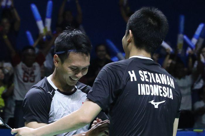Pasangan ganda putra Indonesia, Mohammad Ahsan/Hendra Setiawan, melakukan selebrasi seusai memastikan diri maju ke final Indonesia Open 2019 di Istora Senayan, Jakarta.