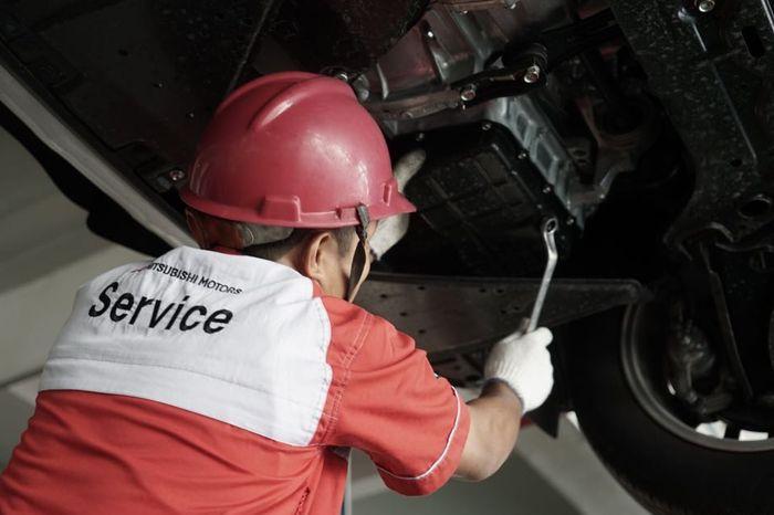 Pengerjaan layanan Mitsubishi Open Sunday oleh mekanik profesional