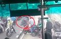 Video Pemotor Masuk Busway, Honda CBR150R Jatuh Lompat Pembatas