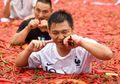 Hebat! Pria Ini Menangkan Kompetisi Makan 50 Cabai Tabasco Hanya Dalam Waktu 1 Menit