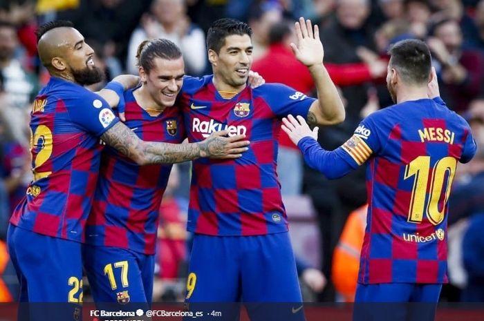 Arturo Vidal (kiri), Antoine Griezmann (tengah), dan Luis Suarez (kanan) berpelukan saat merayakan gol yang dicetak  oleh Antoine Griezmann.