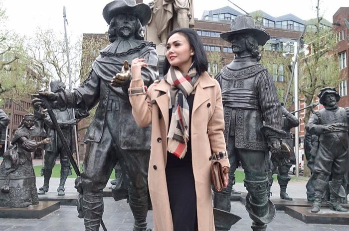 Yuni Shara unggah foto di Amsterdam dengan penampilan yang anggun dan elegan
