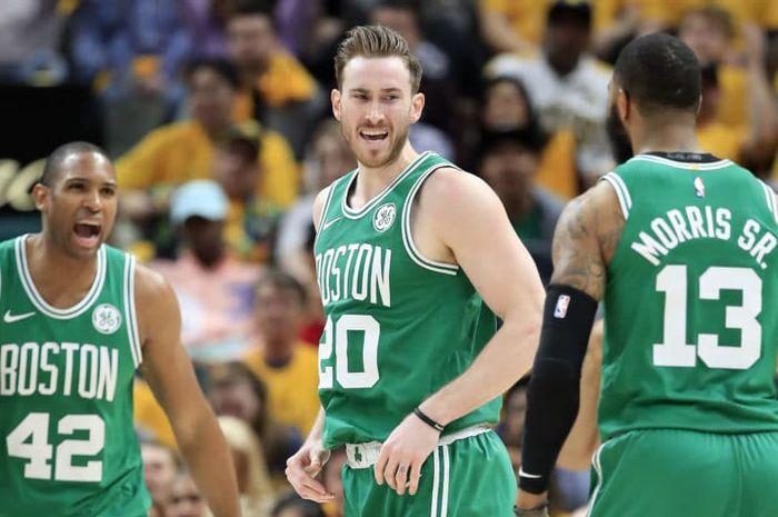 Pebasket Boston Celtics, Gordon Hayward (tengah), melakukan selebrasi bersama kedua rekan setimnya, Al Horford (kiri) dan Marcus Morris (kanan), pada laga keempat babak kesatu playoffs NBA 2019 Wilayah Timur melawan Indiana Pacers di Bankers Life Fieldhouse, Indiana.