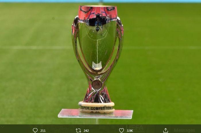 Trofi juara Piala Super Eropa. Edisi tahun ini mempertemukan Bayern Muenchen vs Sevilla di Puskas Arena, 24 September 2020.