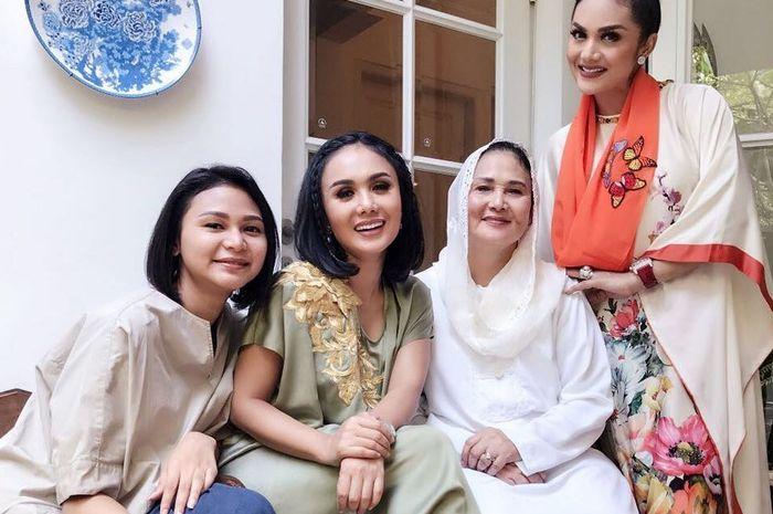 Rochma Widadiningsih bersama Krisdayanti dan Yuni Shara