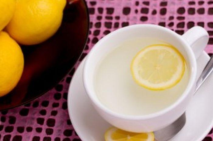 Manfaat minum air lemon hangat setiap pagi.