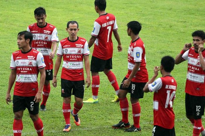 Para pemain Madura United usai latihan bersama Arema FC di Stadion Kanjuruhan, Malang, Rabu (21/10/2020).