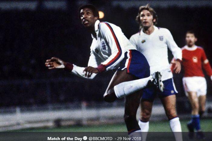 Pesepak bola kulit hitam pertama yang membela timnas Inggris, Viv Anderson, menjalani debut ketika melawan Ceska pada 29 November 1978 di Stadion Wembley, London.