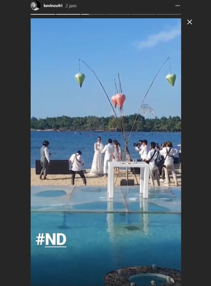 Dimas Anggara menyambut kedatangan Nadine Chandrawinata