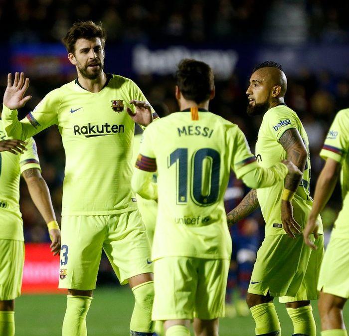 Para pemain Barcelona, termasuk Lionel Messi dan Gerard Pique, merayakan gol.