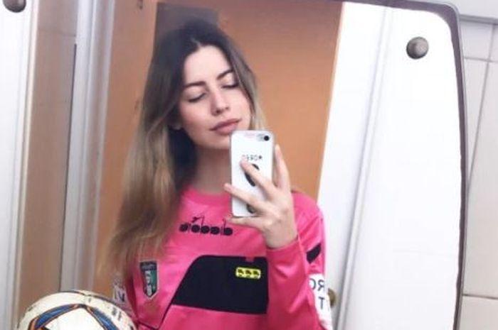Seorang wasit wanita bernama Giulia Nicastro menjadi korban pelecehan seksual dalam sebuah pertandingan sepak bola di Italia.
