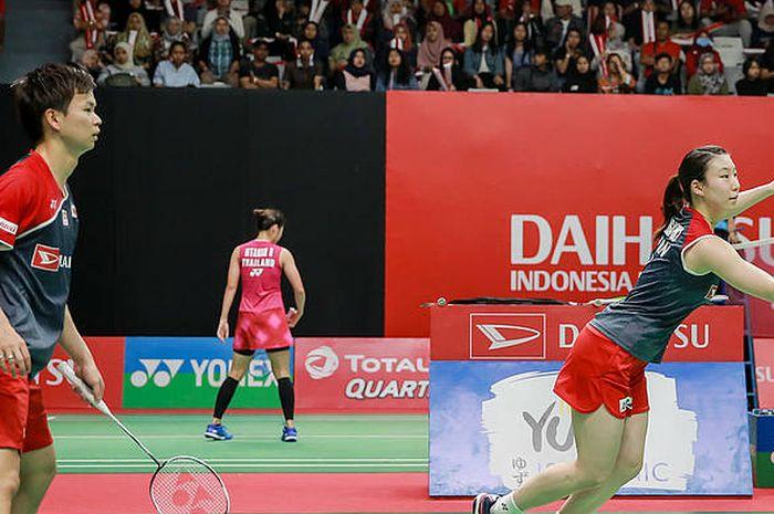 Pasangan ganda campuran Jepang, Yuta Watanabe/Arisa Higashino, bertanding pada Indonesia Masters 2019 di Istora Senayan, Jakarta.