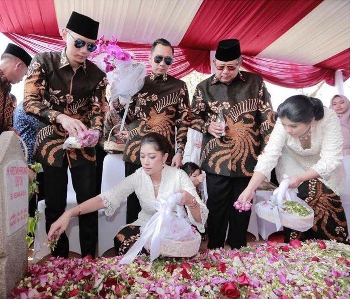 Ibas Yudhoyono dan keluarga menaburkan bunga anggrek
