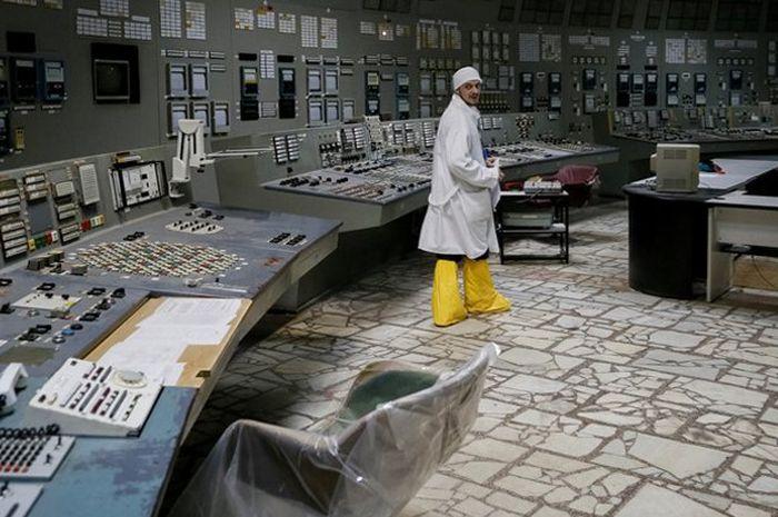 Para turis kini diperbolehkan untuk mengunjungi ruang kendali Chernobyl.