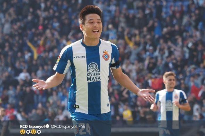 Penyerang Espanyol, Wu Lei, merayakan gol ke gawang Real Valladolid dalam partai Liga Spanyol, Sabtu (2/3/2019)