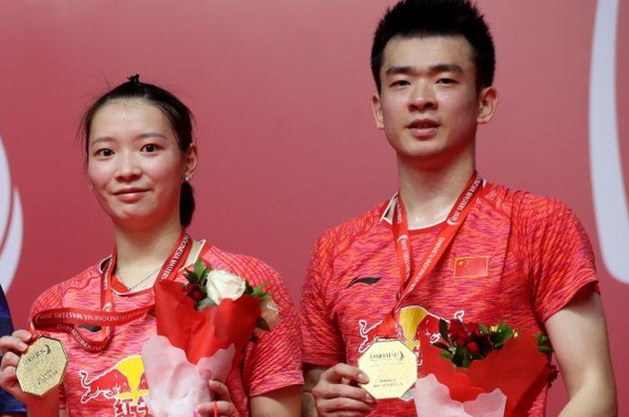 Ganda campuran China, Zheng Siwei (kanan) dan Huang Yaqiong (kiri), berpose bersama sesaat setelah berhasil memenangi Indonesia Masters 2019.