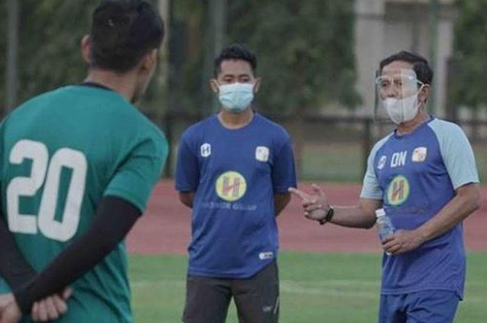 Pelatih Barito Putera, Djajang Nurdjaman saat memimpin anak asuhnya berlatih