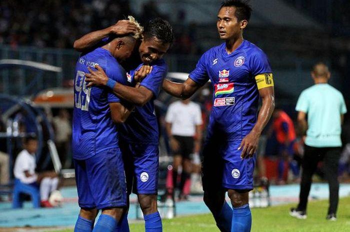 Kapten Arema FC Hendro Siswanto (kanan) saat mengikuti Piala Gubernur Jatim 2020 di Stadion Kanjuruhan Malang, Jawa Timur, Selasa (11/02/2020).