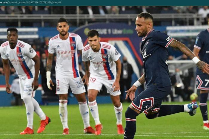 Neymar mengambil tendangan penalti dalam kemenangan 2-1 Paris Saint-Germain (PSG) atas Olympique Lyon.