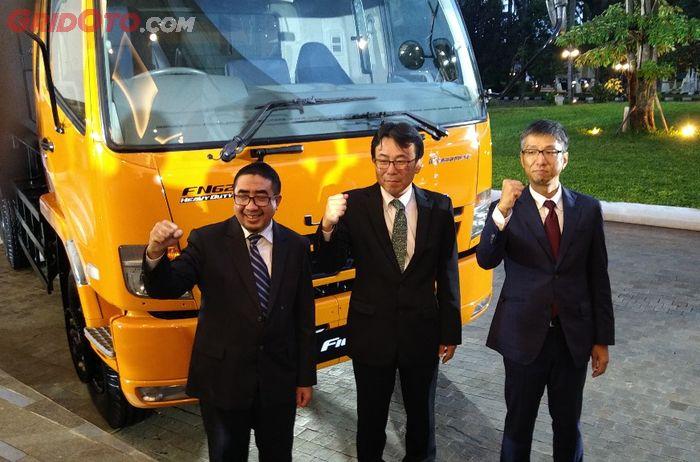 Jajaran petinggi PT Krama Yudha Tiga Berlian Motors di depan Mitsubishi FUSO Fighter