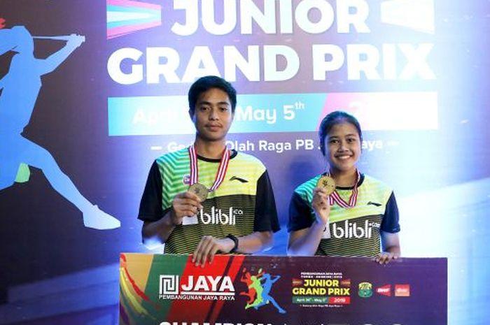 Pasangan ganda campuran U-17 Indonesia, Rahmat Hidayat/Febi Setianingrum, saat berada di podium juara Pembangunan Jaya Raya Junior Grand Prix Gold 2019, GOR Jaya Raya, Bintaro, Minggu (5/5/2019).