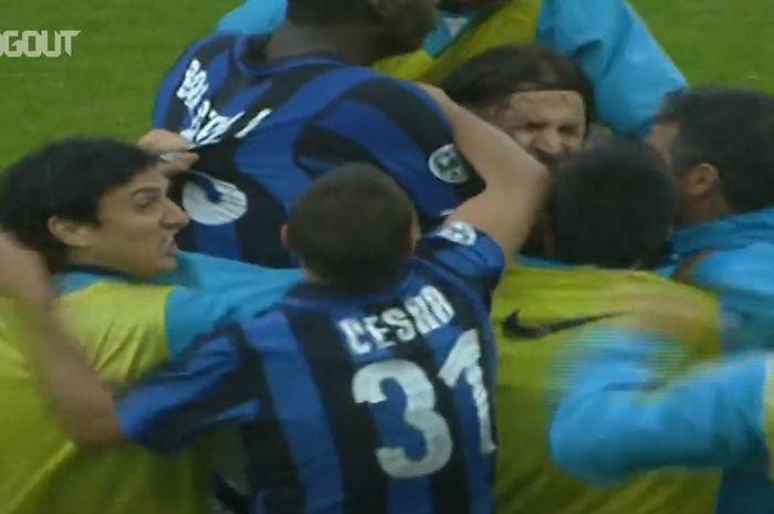 Striker legendaris timnas Swedia, Zlatan Ibrahimovic, pernah mencetak gol jarak jauh untuk Inter Milan yang sampai membuat lima pemain cadangan masuk ke lapangan untuk ikut selebrasi.