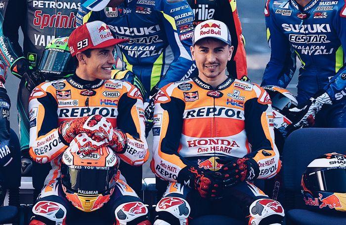 Marc Marquez (kiri) dan Jorge Lorenzo (kanan) saat menjalani sesi pemotretan di MotoGP Qatar 2019.