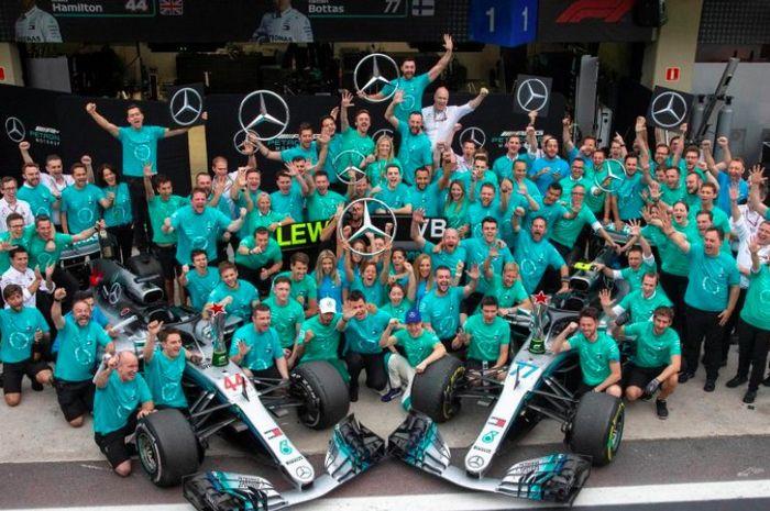 Kubu Mercedes F1 merayakan titel juara dunia musim ini di F1 Brasil 2018