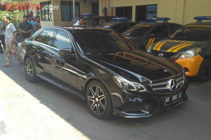 Mobil Mercedes-Benz berpelat AD 888 QQ