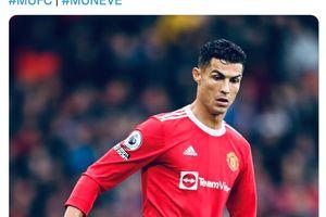 Jersey Ditarik Paksa Suporter Man United, Cristiano Ronaldo Cuma Nyengir