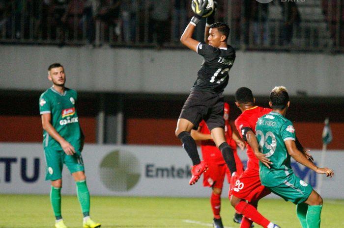 Kiper Semen Padang, Teja Paku Alam, menangkap bola mengamankan gawangnya pada laga kontra PSS Sleman pada pekan kedua Liga 1 2019 di Stadion Maguwoharjo, Sabtu (25/5/2019).