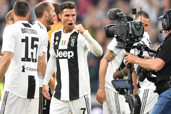 Megabintang Juventus, Cristiano Ronaldo, merayakan gelar juara Liga Italia di Allianz Stadium  pada Sabtu (20/4/2019)