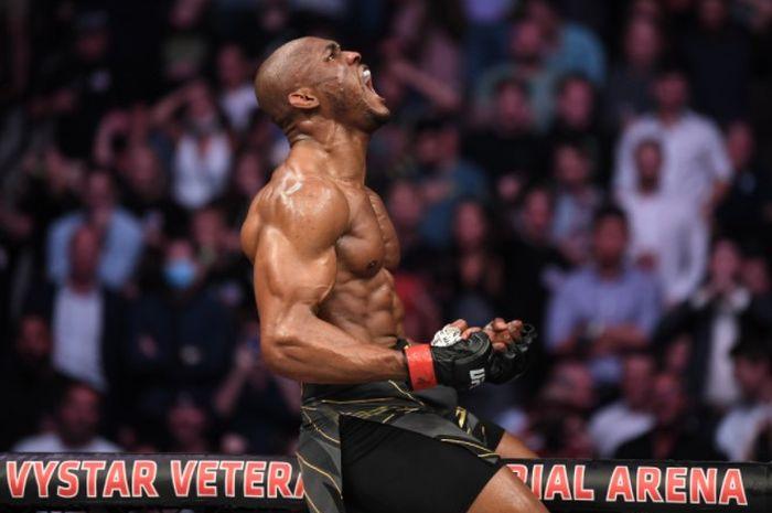 Juara kelas welter UFC, Kamaru Usman, saat merayakan kemenangan atas Jorge Masvidal pada UFC 261, Minggu (25/4/2021).
