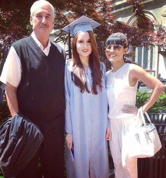 Cinta Laura bersama kedua orang tuanya saat wisuda.