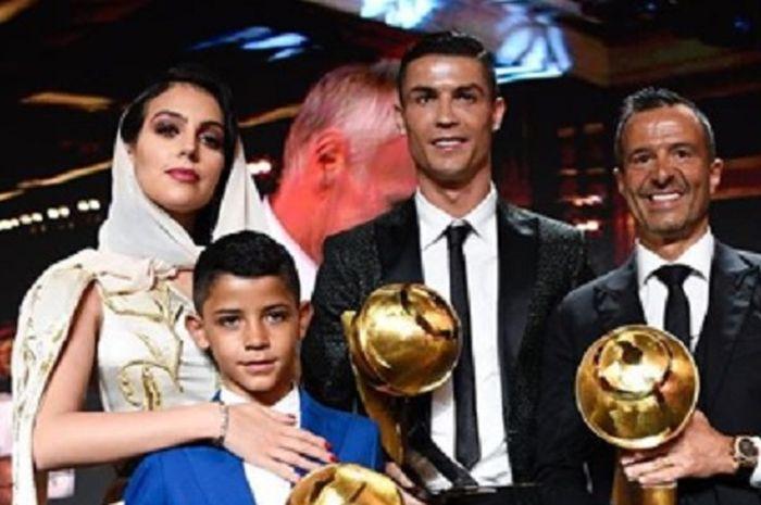 Cristiano Ronaldo Jr bersama sang ayah, Georgina Rodriguez dan agen Cristiano Ronaldo, Jorge Mendez.