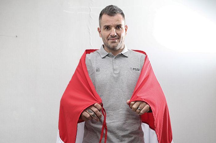 Pelatih timnas Indonesia, Simon McMenemy, saat melakukan wawancara dengan BolaSport.com dan Kompas.com di Jakarta, 31 Januari 2019.