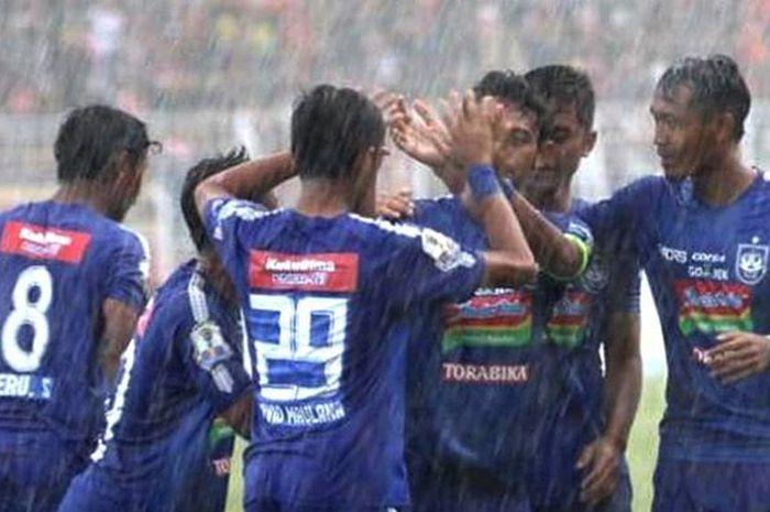 Para pemain PSIS Semarang merayakan gol saat pertandingan melawan Persibat Batang pada leg kedua 32 besar Piala Indonesia 2018 di Stadion Moch Soebroto, Magelang, Jumat (8/2/2019).