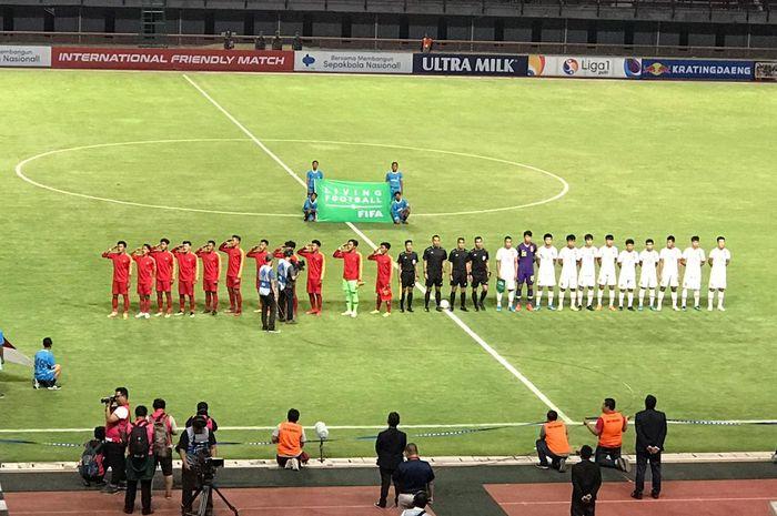 Para pemain timnas U-19 Indonesia menyanyikan lagu kebangsaan jelang kick-off laga uji coba kontra timnas U-19 China di Gelora Bung Tomo, Surabaya, 17 Oktober 2019.