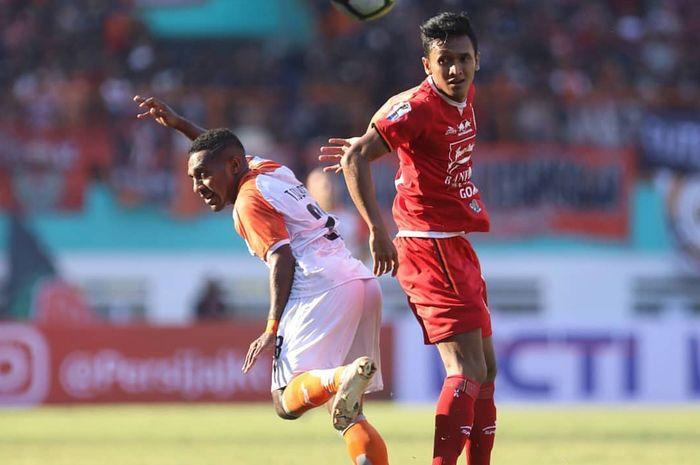 Pemain Borneo FC dan Persija Jakarta, Terens Puhiri serta Dany Saputra pada laga semifinal leg pertama Piala Indonesia 2018, Sabtu (29/6/2019).