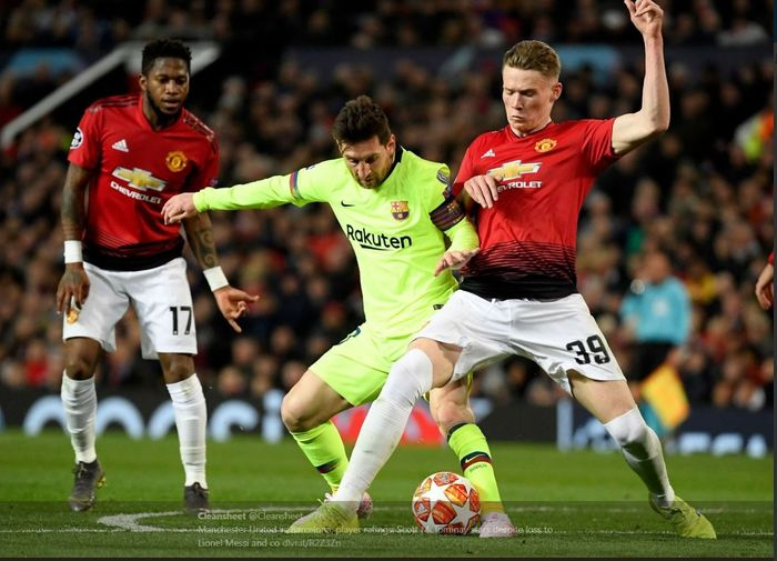 Scott McTominay berebut bola dengan Lionel Messi dalam duel Liga Champions Manchester United vs Barcelona, 10 April 2019.