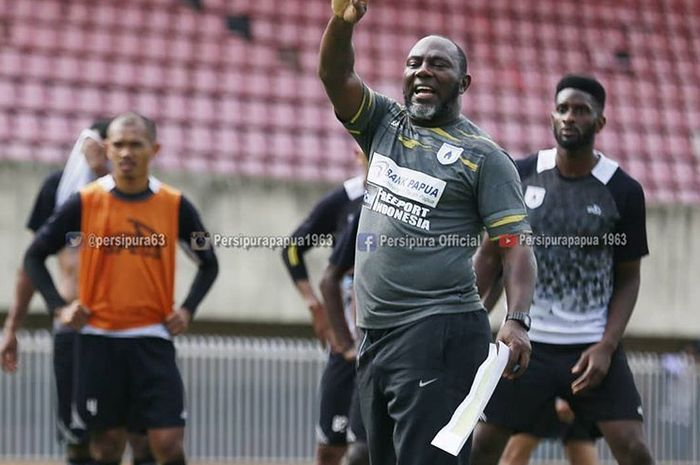 Pelatih Persipura Jayapura, Jacksen F Tiago, saat memimpin latihan tim di Stadion Mandala, Jayapura.