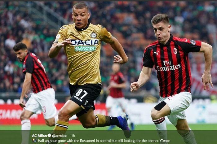 Aksi striker AC Milan, Krzysztof Piatek (kanan), dalam laga Liga Italia kontra Udinese di San Siro pada Selasa (2/4/2019).