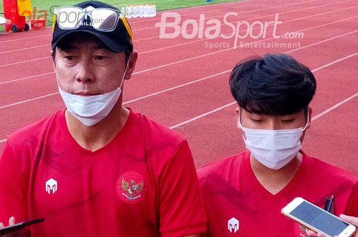 Pelatih timnas U-19 Indonesia, Shin Tae-yong, sedang memberikan keterangan kepada awak media dalam pemusatan latihan timnas U-19 Indonesia di Stadion Madya, Senayan, Jakarta Pusat, 20 Agustus 2020.