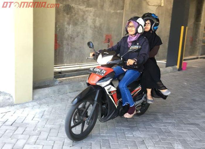 Ilustrasi wanita bonceng motor