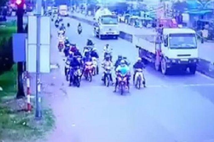 Video detik-detik truk kontainer melibas puluhan motor di lampu merah